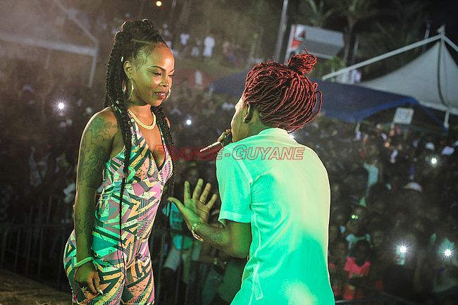 Bakaa Boi a fait monter sur scène Chinee Queen  - photos : Ramon Ngwete