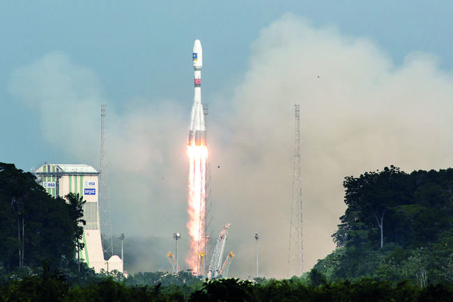 A picture taken on December 17, 2015 shows a Soyuz rocket blasting off from the European space centre at Kourou, French Guiana. Europe was set to launch the next two satellites today for its multi-billion-euro Galileo satnav system, a rival to America's GPS, according to space firm Arianespace. / AFP / Jody AMIET